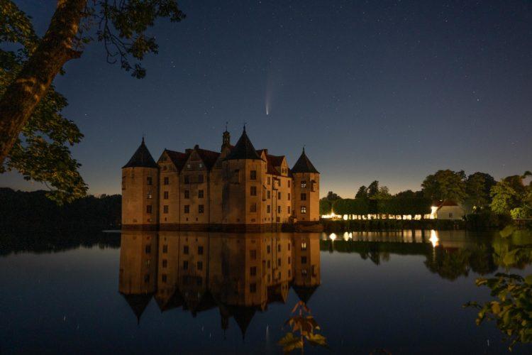 """Fotos des Kometen """"Neowise"""" am Glücksburger Sommer Nachthimmel"""